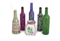 Vele verschillende flessen, geschilderde die punt op geïsoleerde achtergrond wordt geschilderd stock afbeeldingen