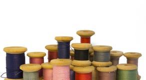 Vele verschillende kleuren en grootte oude houten spoelen van draadclos royalty-vrije stock foto's