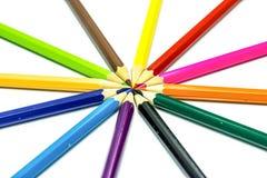 Vele verschillende kleurpotloden op wit Royalty-vrije Stock Foto's