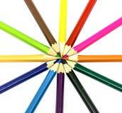 Vele verschillende kleurpotloden op wit Royalty-vrije Stock Afbeelding
