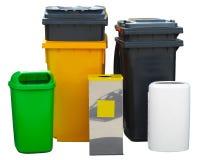 Vele verschillende kleurrijke geïsoleerde containers van de huisvuilbak Royalty-vrije Stock Foto's