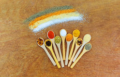 Vele verschillende soorten kruiden van Azië Mooie houten lepels met kruiden hoogste mening Royalty-vrije Stock Afbeelding