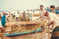Vele vissers schatten de vangst van vissen op strand van Indische Oceaan Stock Afbeelding