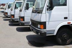 Vele vrachtwagens die op verzending dichtbij haven wachten stock afbeelding