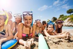 Vele vrienden hebben samen pret op het strand Stock Afbeeldingen