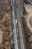 Vele wagens en treinen. Lucht mening. Royalty-vrije Stock Afbeeldingen