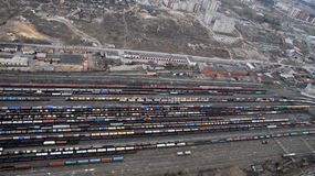 Vele wagens en treinen. Lucht mening. stock fotografie