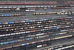 Vele wagens en treinen. Lucht mening. Stock Foto's