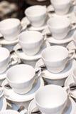 Vele witte koppen voor koffie en thee Royalty-vrije Stock Fotografie