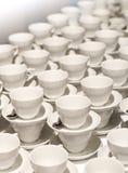 Vele witte koppen voor koffie en thee Stock Afbeelding