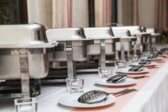 Vele witte metaal schone moderne werktuigen op huwelijk teisteren stock foto