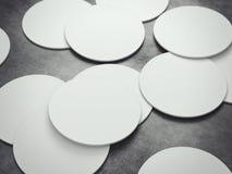 Vele witte onderleggers voor glazen van het cirkelbier het 3d teruggeven Royalty-vrije Stock Afbeelding