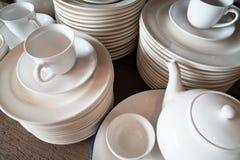 Vele witte platen worden samen gestapeld een stapel van witte schotel royalty-vrije stock afbeeldingen