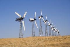 Vele witte windturbine die elektriciteit produceert stock afbeeldingen