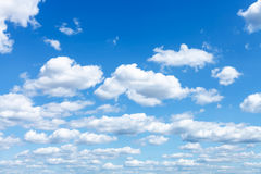 Vele witte wolken in de zomer blauwe hemel Royalty-vrije Stock Afbeeldingen