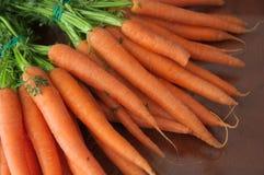 Vele wortelen op een donkere houten lijst royalty-vrije stock foto's