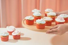 Vele yummy cupcakes De zoete liefde van Valentine cupcake op lijst aangaande lichte achtergrond stock foto