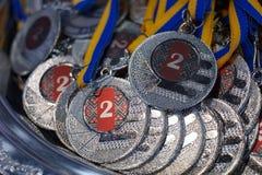 Vele zilveren medailles met blauwe linten op een zilveren dienblad, toekenning van kampioenen royalty-vrije stock afbeelding