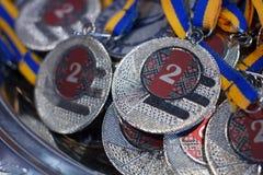 Vele zilveren medailles met blauwe linten op een zilveren dienblad, toekenning van kampioenen royalty-vrije stock afbeeldingen