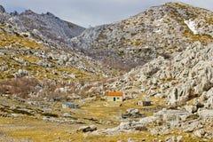 Velebit-Steinwüsten- und -Berghütteansicht Stockbild