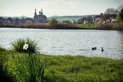 Velehrad basilika och sjö med par av änder Arkivfoton