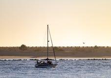 Veleiro ao longo do rio no crepúsculo fotos de stock royalty free