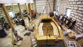 Veleiro de madeira dentro da oficina filme
