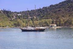 Veleiro de madeira na âncora no mar Ionian imagem de stock