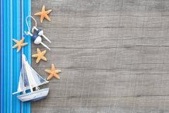 Veleiro e estrelas do mar no fundo chique gasto de madeira Fotografia de Stock Royalty Free
