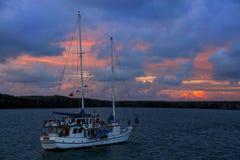 Veleiro em grande Darwin Bay no nascer do sol, ilha de Genovesa, Galapa imagem de stock