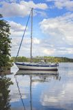 Veleiro em uma baía na Suécia Fotos de Stock Royalty Free