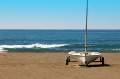 Veleiro em uma praia no inverno Imagem de Stock