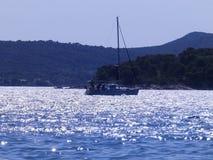 Veleiro entre ilhas Imagem de Stock