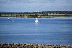 Veleiro na baía, com um quebra-mar em um verão, dia ensolarado Imagens de Stock Royalty Free