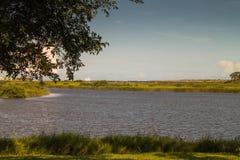 Veleiro na ilha Atlântico do lago distance imagens de stock