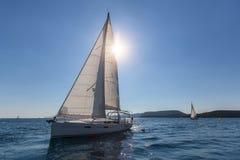Veleiro na raça da regata do revestimento no luminoso Curso Foto de Stock
