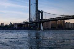Veleiro no East River em New York City imagem de stock