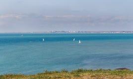 Veleiro no mar na composição horizontal Fotos de Stock Royalty Free