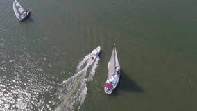 Veleiro no mar perto do porto footage Sailboat branco no mar filme