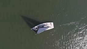 Veleiro no mar perto do porto footage Sailboat branco no mar video estoque