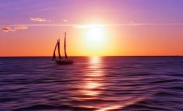 Veleiro no por do sol Imagens de Stock Royalty Free