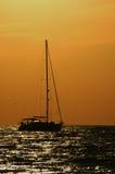 Veleiro no por do sol da noite Fotografia de Stock