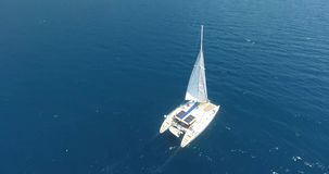 Veleiro que cruza na antena de Turquia do golfo de Gokova filme
