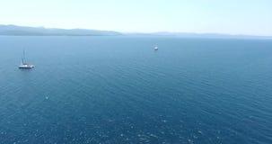 Veleiro que cruza na antena de Turquia do golfo de Gokova video estoque