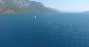 Veleiro que cruza na antena de Turquia do golfo de Gokova vídeos de arquivo