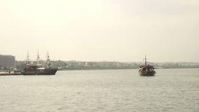 Veleiro que flutua na água perto da viagem cityHoliday do barco video estoque