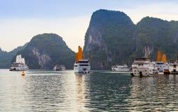 Veleiro vietnamiano Descubra que velas do forro envia destinos superiores Vietname da ba?a de Halong fotos de stock