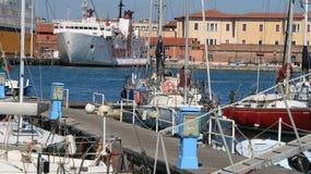 Veleiros ancorados à doca do porto No fundo a imagens de stock