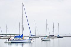 Veleiros ancorados no porto na água de prata fotografia de stock royalty free