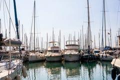Veleiros, barcos de pesca e iate perto das despesas gerais imagens de stock royalty free